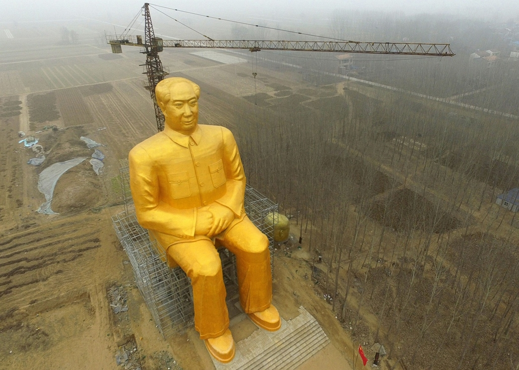afp. 2016.01.04. Mao Ce-tung szobor, Kína, Kaifeng, This photo taken on January 4, 2016 shows a huge statue of Chairman Mao Zedong under construction in Tongxu county in Kaifeng, central China's Henan province. The statue reportedly measures 120 feet (36.