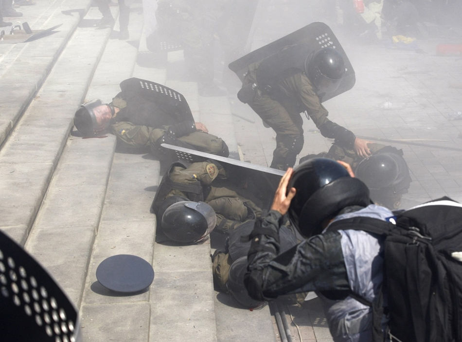 afp. hét képei - Kijev, Ukrajna, 2015.09.31. sebesült rohamrendőrök, Police officers help wounded colleagues during clashes with activists of few radical Ukrainian parties in front of the parliament in Kiev on August 31, 2015. At least 20 were wounded in